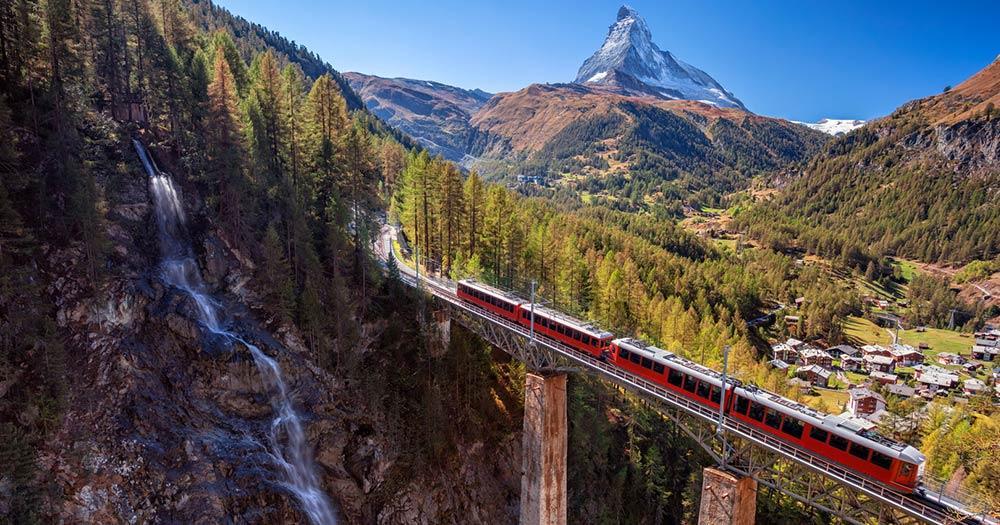 Zermatt - Zug auf der Eisenbahnbrücke